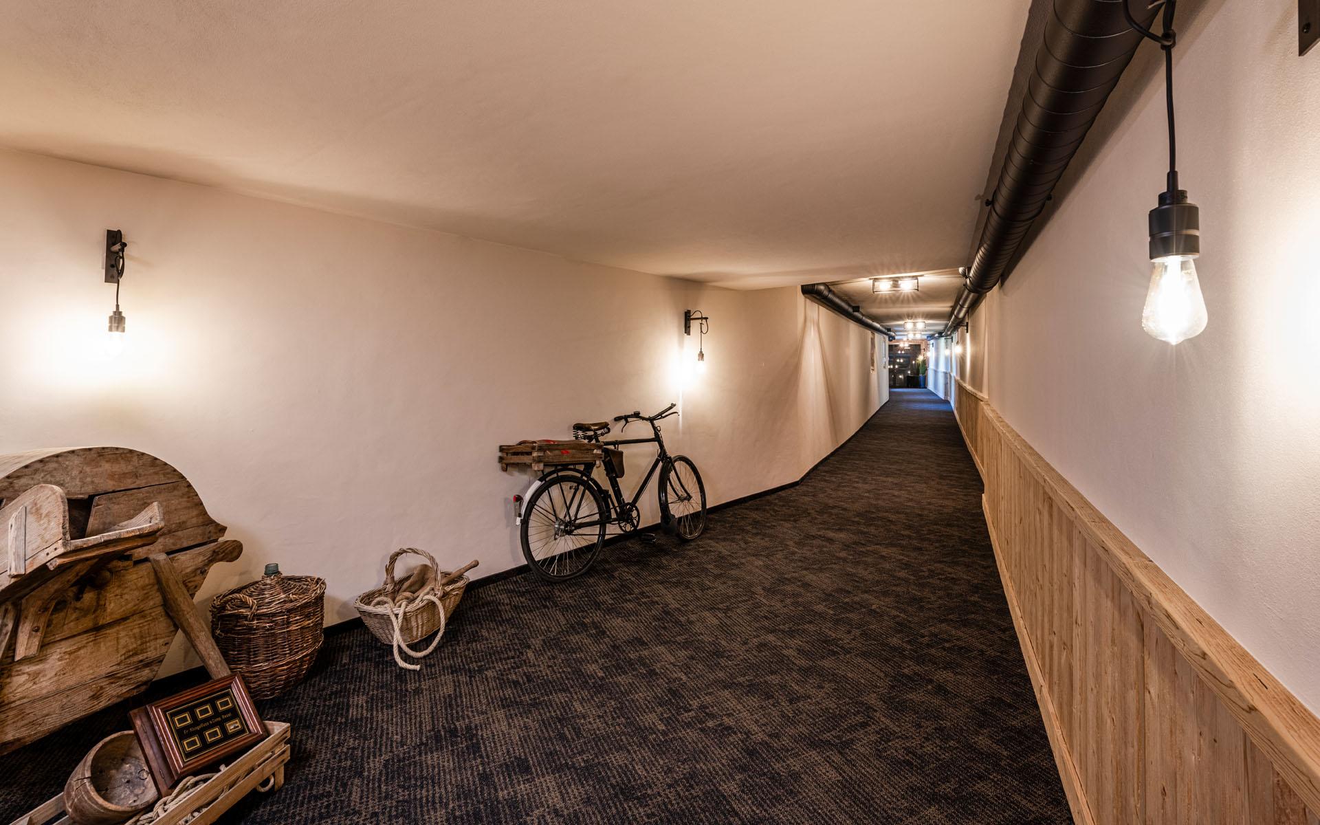 https://fsw-kreatektur.ch/wp-content/uploads/Fsw-Kreatektur-Architektur-Umbau-Hotel-Hornberg-Saanenmoeser-Korridor-Spa.jpg