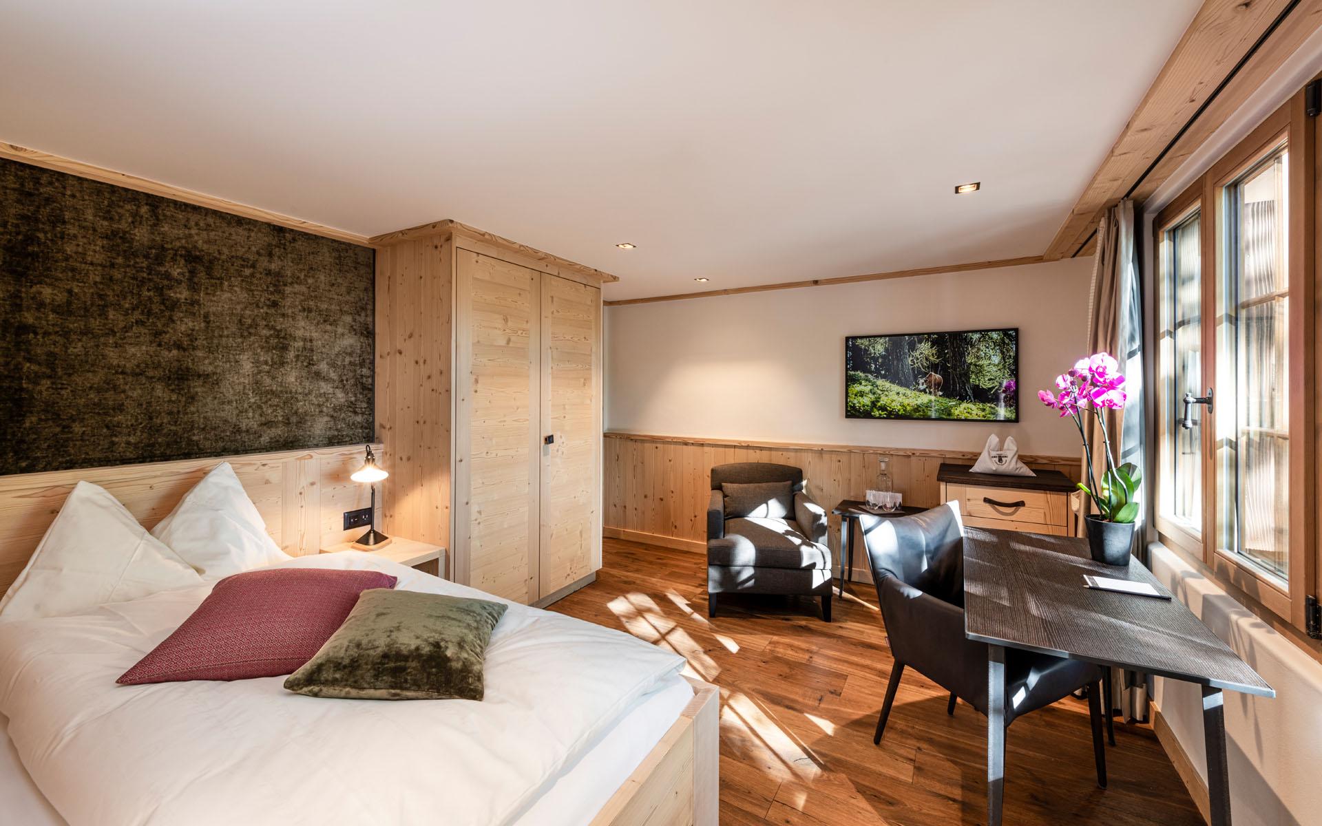 https://fsw-kreatektur.ch/wp-content/uploads/Fsw-Kreatektur-Architektur-Umbau-Hotel-Hornberg-Saanenmoeser-Zimmer.jpg